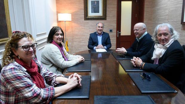 Representantes de los trabajadores del centro en la reunión con el alcalde de Algeciras