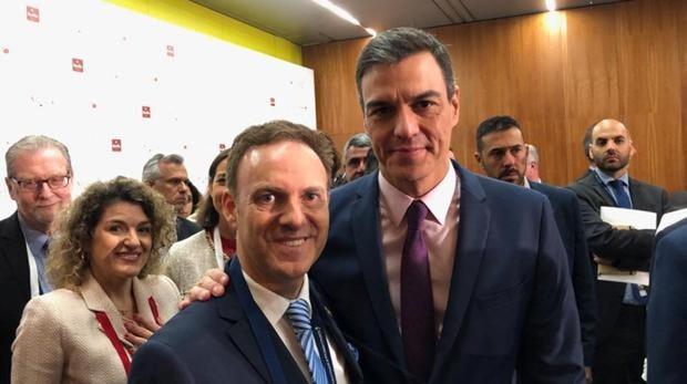 El actual alcalde de El Puerto de Santa María, David de la Encina, con Pedro Sánchez en el congreso de turismo