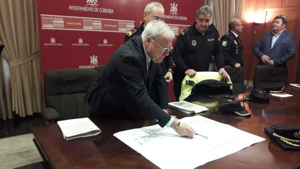 El concejal de Seguridad, Emilio Aumente, señala la Carrera Oficial junto a la Policía Local