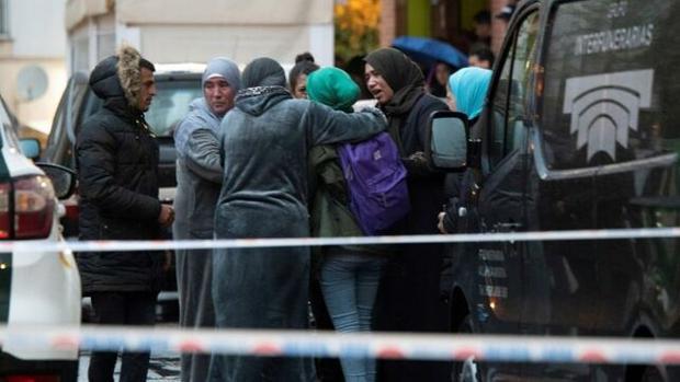 Familiares de las víctimas lamentan el suceso en el lugar del tiroteo.