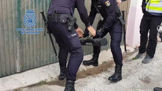 Varios agentes, en uno de los registros de esta operación realizados en Almería