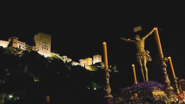 La imagen del Cristo de los Gitanos de Granada ante la Alhambra, una de las más esperadas de la Semana Santa.