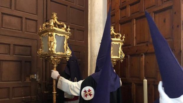 La hermandad de la Sentencia a punto de abrir las puertas de la Merced.