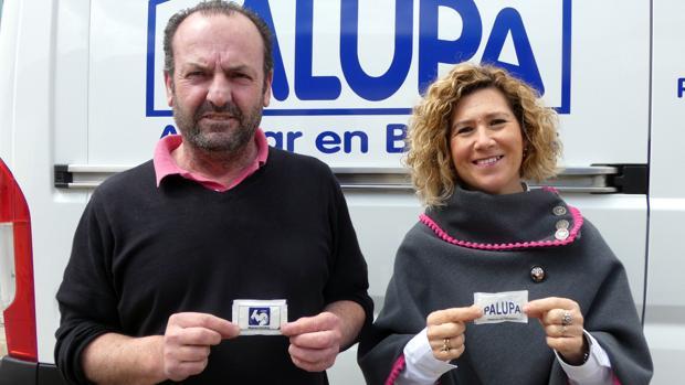 El gerente de Palupa y la delegada de Manos Unidas en Loja posan con los azucarillos.
