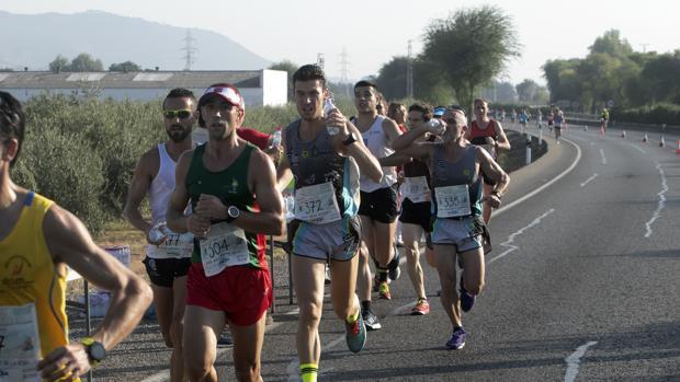 Varios corredores se hidratan durante la última Media de Almodóvar