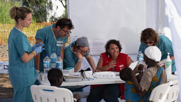 Personal de la misión sanitaria en Mozambique pasa consulta en el hospital de campaña desplegado