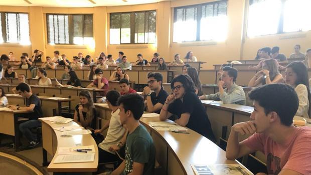 Estudiantes universitarios en una clase magistral