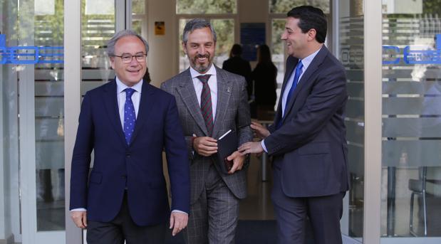 El consejero de Hacienda, Juan Bravo, en el centro, con los empresarios cordobeses