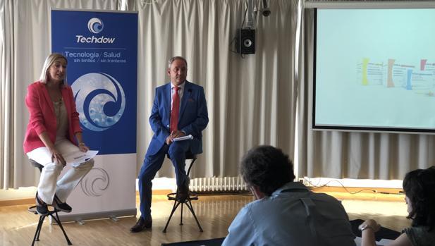 Diego Vargas, junto a la directora general de Techdow España, durante la presentación de Inhixa