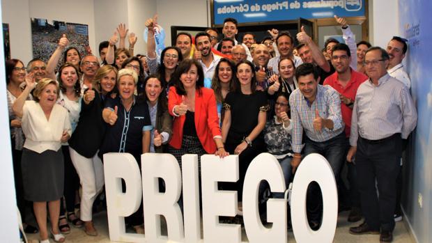 Celebración de la victoria por mayoría absoluta del PP en Priego