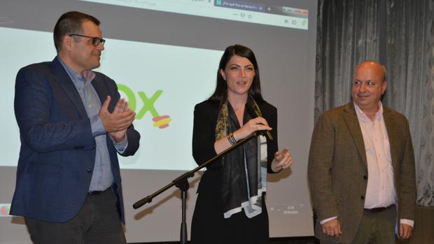 A la izquierda, el candidato de Vox, Onofre Miralles, junto a la diputada Macarena Olona.