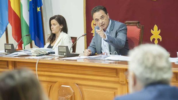 El alcalde de Torremolinos, José Ortiz, durante un pleno celebrado este mandato