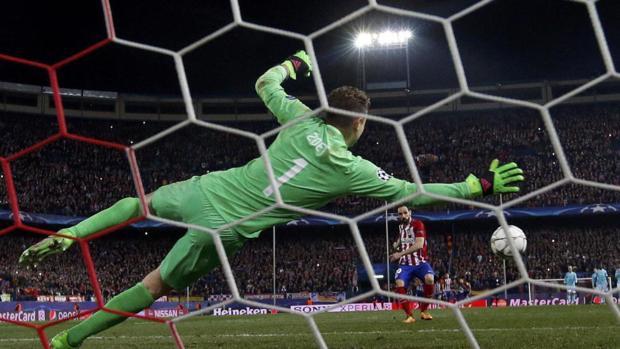 Juanfrán lanza el pelanti que le dio la clasificación al Atlético ante el PSV en la pasada Champions