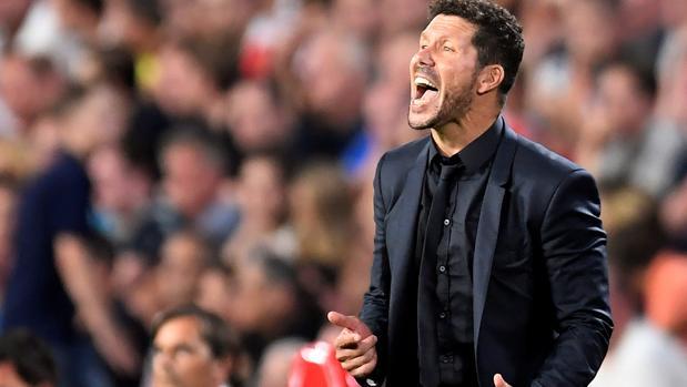 Simeone da órdenes desde la banda durante el PSV-Atlético