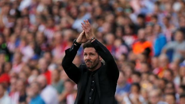 Diego Simeone saluda a la grada durante el Atlético-Sporting