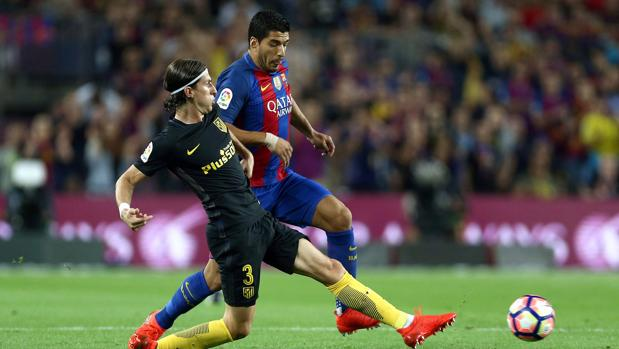 Filipe Luis corta el avance de Luis Suárez, en una lance del partido