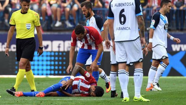 Augusto, en el suelo con evidentes gestos de dolor durante el encuentro ante el Deportivo