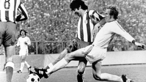 Gárate y Schwarzenbeck se disputan el balón durante la final de la Copa de Europa entre el Atlético y el Bayern disputada en el estadio de Heysel, Bruselas, en 1974