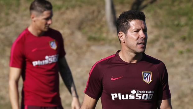 Simeone y Torres en el último entrenamiento del Atlético