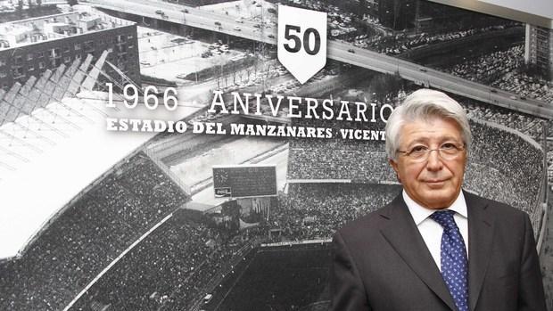 Enrique Cerezo, en el palco del Vicente Calderón