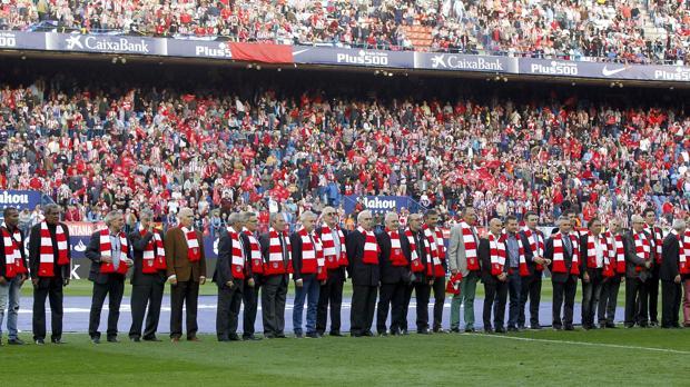 Veteranos del Atlético saltaron al césped del Calderón antes del inicio del partido