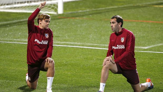Griezmann y Godín, en el entrenamiento de este viernes en el Calderón