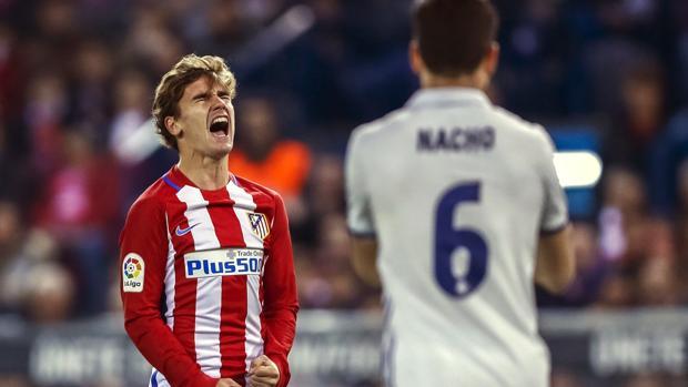 Griezmann se lamenta durante el Atlético-Real Madrid del Calderón