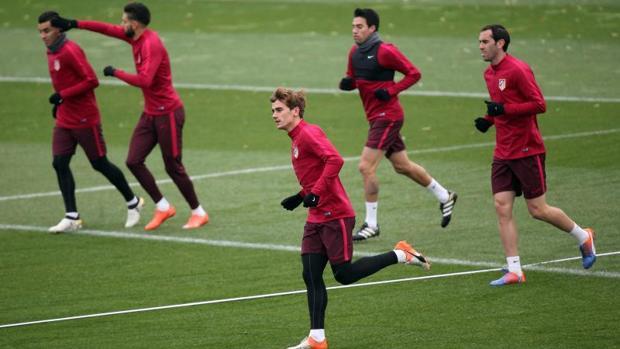 Los jugadores del Atlético, en el entrenamiento de este martes