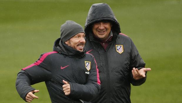 Simeone y Germán Burgos, en un entrenamiento del Atlético