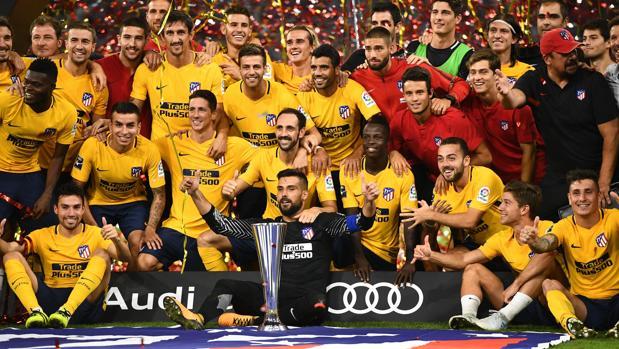 Los jugadores del Atlético celebran el triunfo ante el Liverpool en la final de la Audi CUp
