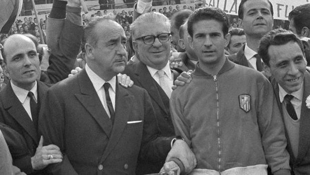 Feliciano Rivilla, junto a Vicente Calderón, con la copa de campeones de Liga de 1966