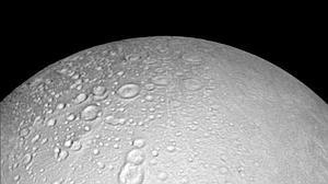 Histórico acercamiento de la sonda «Cassini» a la luna de Saturno «Encélado»