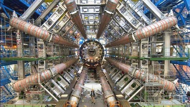 Gran Colisionador de Hadrones (LHC en inglés), en el CERN, en el que se estudia el efecto de la Relatividad en las partículas que forman la materia