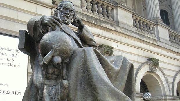 Estatua de Galileo en el Museo Carnegie de Historia Natural, en Pittsburgh