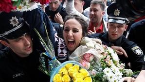 Jamala, aclamada por cientos de fans a su llegada a Kiev tras ganar Eurovisión