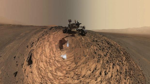 Fotografía cedida por la NASA hoy, jueves 20 de agosto de 2015, que muestra una autorretrato del vehículo explorador de la NASA en Marte Curiosity sobre una roca 'Buckskin' en el área de 'Marias Pass' en la parte baja de Mount Sharp en Marte