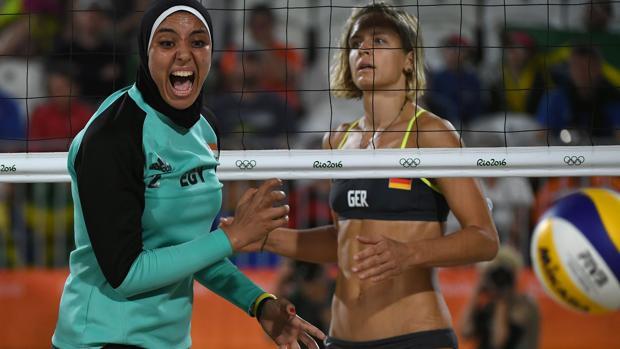La jugadora egipcia Doaa Elghobashy, durante un lance de su partido contra la selección alemana
