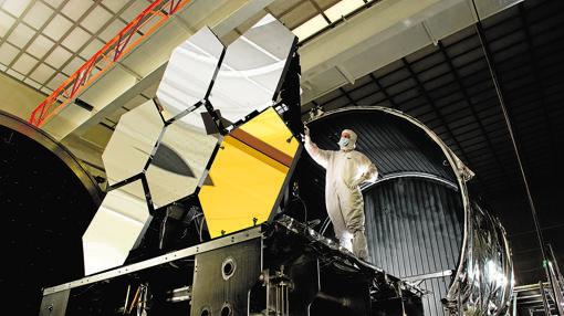 Un técnico de la NASA ajusta los espejo hexagonales del tamaño de una mesa de café que portará el nuevo telescopio