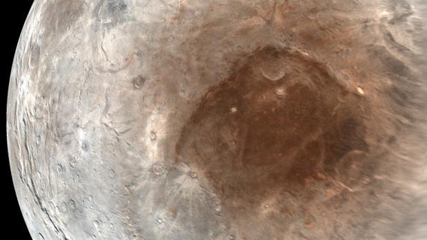 El invierno dura en Caronte cerca de 100 años. Pero cuando acaba, el metano que se acumula en el polo norte es transformado por el Sol en productos químicos rojos