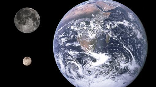 Comparativa de tamaños entre la Tierra (derecha), la Luna (arriba) y Caronte