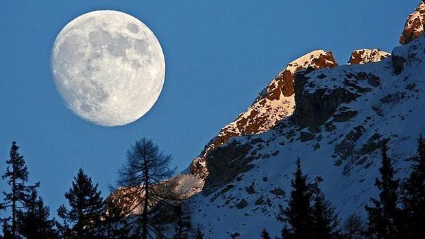 Imagen de la Luna sobre las montañas de Suiza