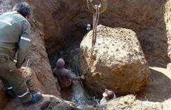 El agua en el pozo donde se encontraba la roca complicó los trabajos