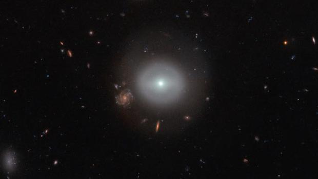 El núcleo de la galaxia es una fuente de radiación de alta energía, en forma de rayos X y luz ultravioleta