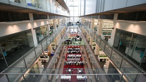 Atrio central del Instituto Francis Crick, con una zona común de trabajo en la parte inferior