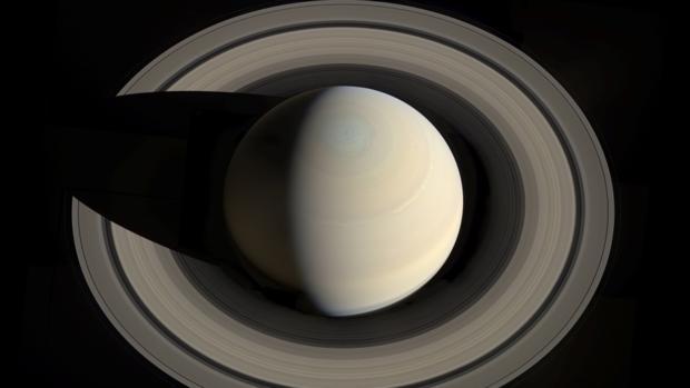 Imagen superior de Saturno. En el polo norte puede apreciarse una gran tormenta hexagonal permanente
