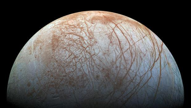 Europa, la luna de Júpiter, es similar en tamaño a la Luna. Parece ser que, bajo una gruesa corteza de hielo, hay un océano de agua salada