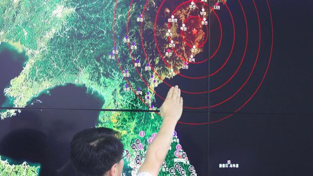 Un hombre muestra sobre un mapa el efecto sísmico provocado por la última prueba nuclear de Corea del Norte