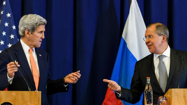 El secretario de Estado estadounidense John Kerry y el ministro de exteriores ruso Sergei Lavrov, durante una rueda de prensa hoy