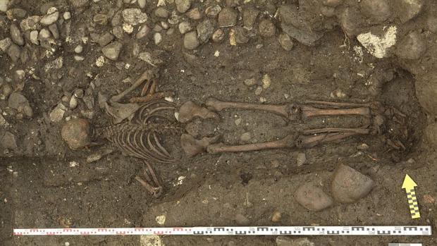 El hombre fue enterrado boca abajo, algo muy inusual