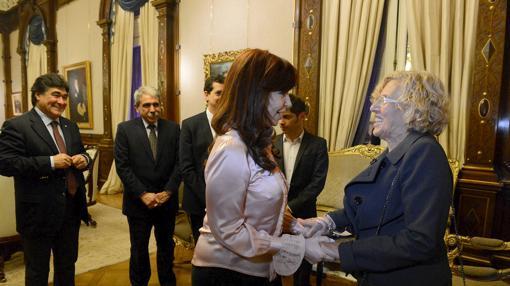 Kirchner, junto a Carmena en una recepción en la Casa Rosada en agosto de 2015